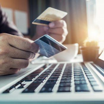 Zwei Kreditkartenmann